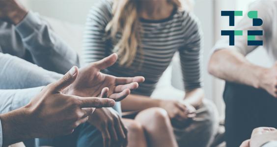 Un groupe de personnes réunies autour d'une table discutent