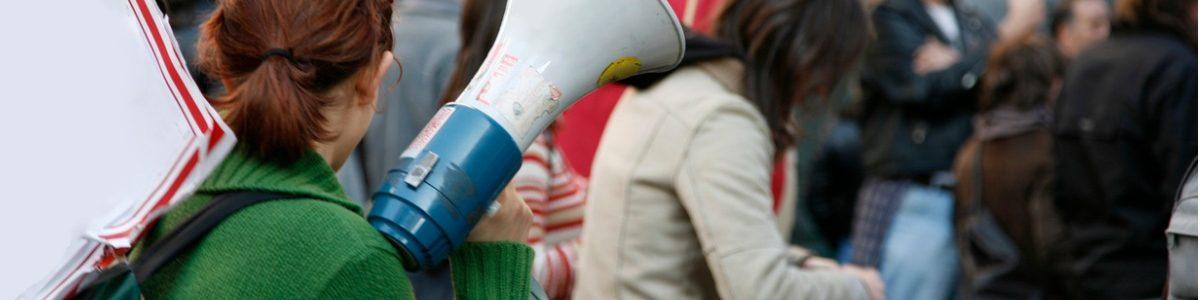 manifestante, porte-voix à la main