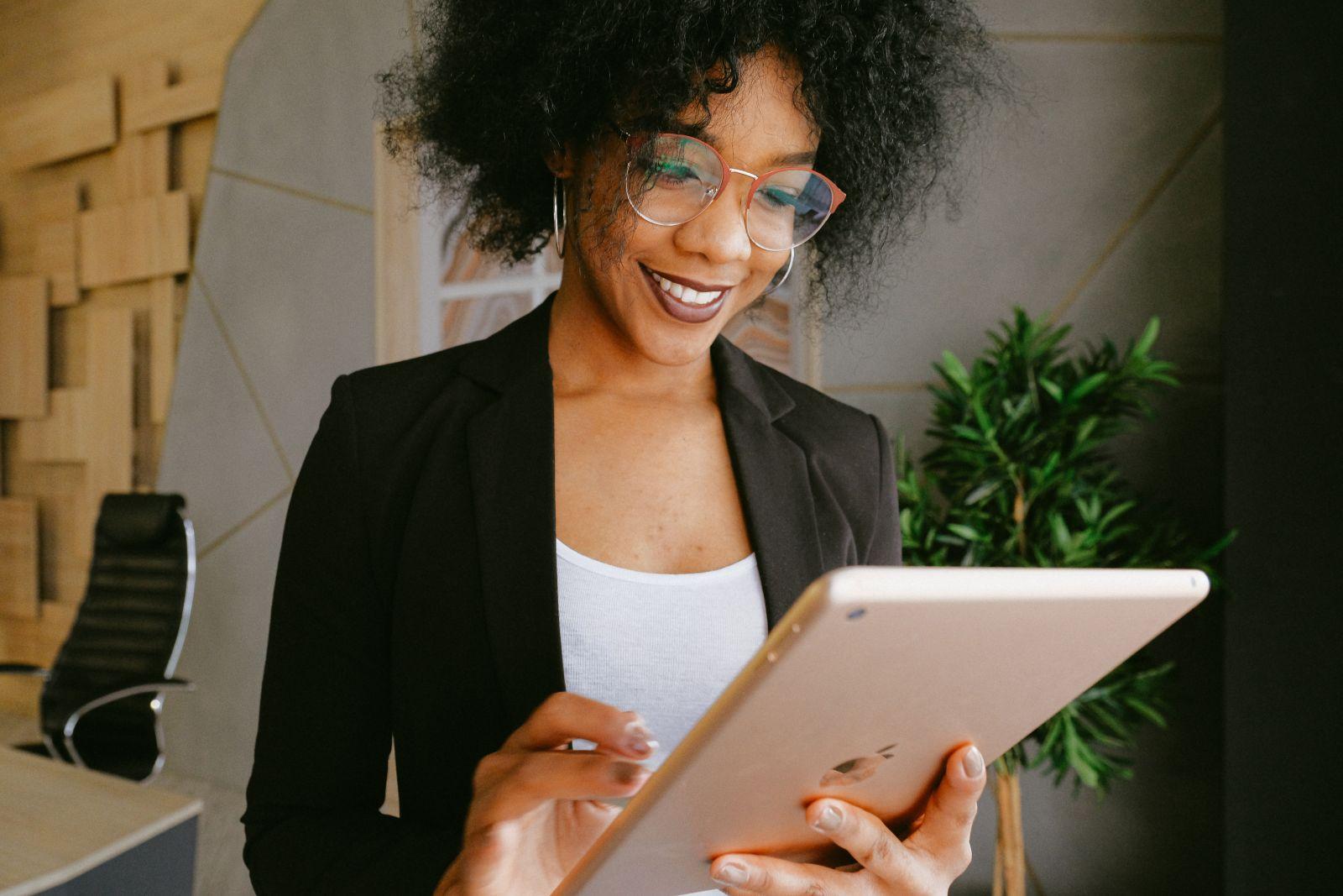 Une employé avec un iPad