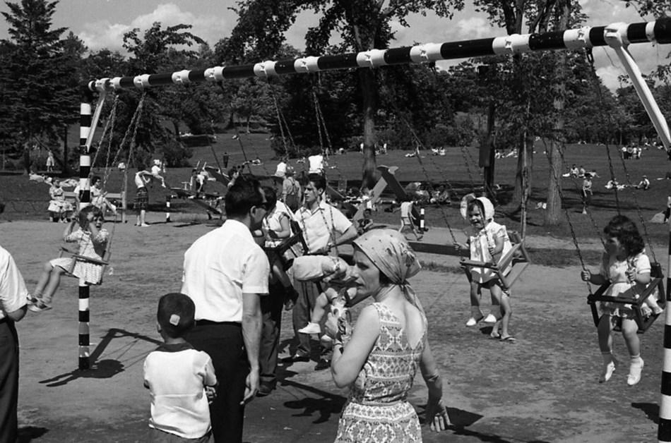 Parc d'amusement au lac aux Castors du mont Royal, 1970. BAnQ Vieux-Montréal. Photo : Henri Rémillard